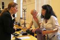 Starostka Litvínova Kamila Bláhová před začátkem jednání debatovala s koaliční zastupitelkou z KSČM Janou Ječnou. V pozadí si vybaluje věci Rostislav Šíma (KSČM).
