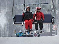 Čtyřsedačková lanovka přepraví 1800 pasažérů za hodinu. V provozu je první sezónu. Když sněží, sedáky vám obsluha očistí.
