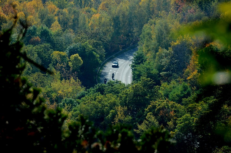 Pohled z vrchu Špičák na silnici do Braňan, po které by měly jezdit kamiony do uvažované průmyslové zóny mezi jezerem a kopcem.