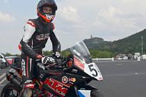 Jezdec David Kubáň na mosteckém okruhu.