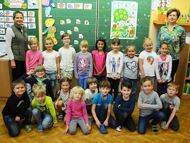 Žáci 1.C ZŠ Most spaní učitelkou Hanou Wicklovou a asistentkou pedagoga Kateřinou Tourkovou.