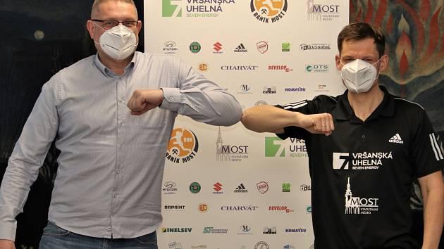 Zleva mostecký manažer Rudolf Jung a nový trenér Adrian Struzik.
