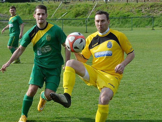 Jan Šimák (ve žlutém) v prvním zápase za Jiřetín.