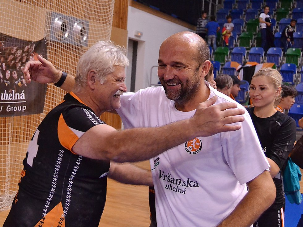 Trenér Černých andělů Peter Dávid (vpravo) s mosteckými fanoušky. Za ním je kanonýrka Simona Szarková.
