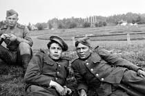 Vojáci Rudé armády po skončení války v Litvínově.