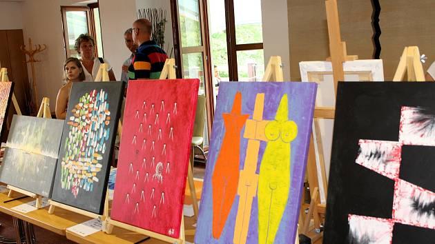 Při jubilejním desátém ročníku malířského sympozia Barevný Benedikt se představila symbolická desítka umělců.