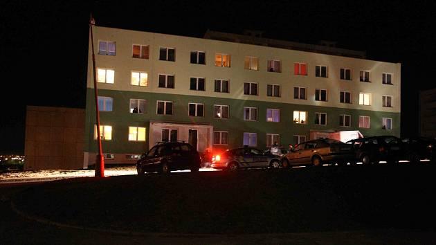 Policejní hlídky obsadily panelový dům, kde došlo k útokuna policistu