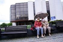 Bývalé učitelky Milada Palusková a Eva Rudolfová odpočívají u Městského divadla v Mostě. Patří k pravidelným návštěvnicím oceňované budovy, která se otevřela v roce 1985. Jejím autorem je ostravský architekt Ivo Klimeš.