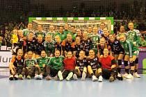 Foto na památku. Černí andělé se po zápase na půdě nejlepšího týmu světa s místními profesionálkami vyfotili.