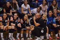 Mostecký trenér Peter Dávid zadumaně sleduje své svěřenkyně při zápase.