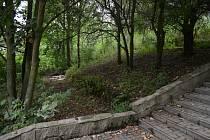 Park Hrabák v Mostě je málo využívaný. Už řadu let pustne a chybí v něm zázemí pro odpočinek.