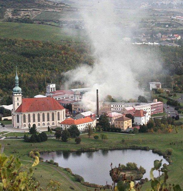 Hasiči likvidují požár odpadu v areálu podniku