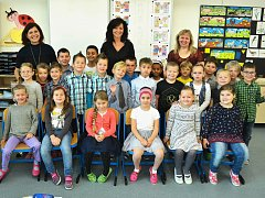 Žáci 1. B z 18. ZŠ v Mostě s ředitelkou Janou Kropáčkovou, třídní učitelkou Evou Kubíkovou a asistentkou Janou Hirschovou.