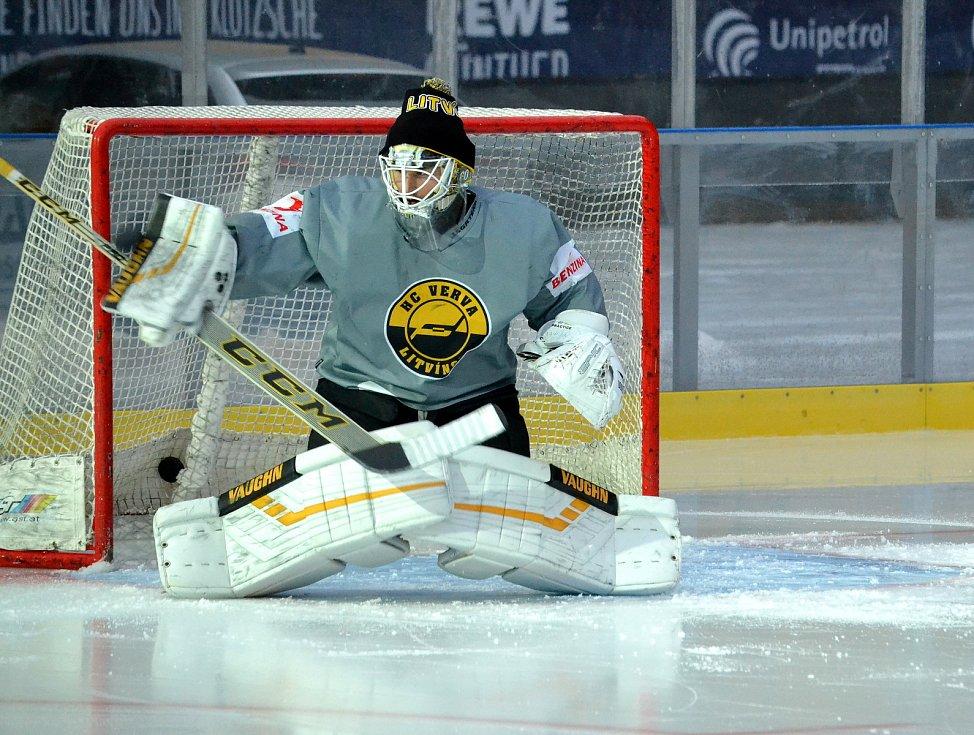 Hokejisté Litvínova při pátečním tréninku na sobotní Open Air utkání se Spartou Praha.