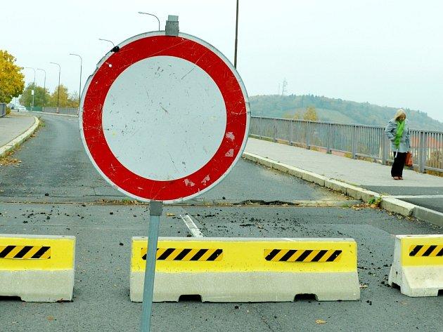 Poškozený most u nemocnice je od půlky ledna 2014 uzavřený pro silniční dopravu, chodci na něj mohou.