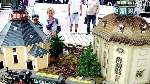 Na mini veletrhu cestovního ruchu v Mostě se představilo i krušnohorské Sasko, které přivezlo maketu svých památek z parku miniatur v Oederanu. Z oživení místního cestovního ruchu mohou profitovat oblasti na obou stranách hranice.