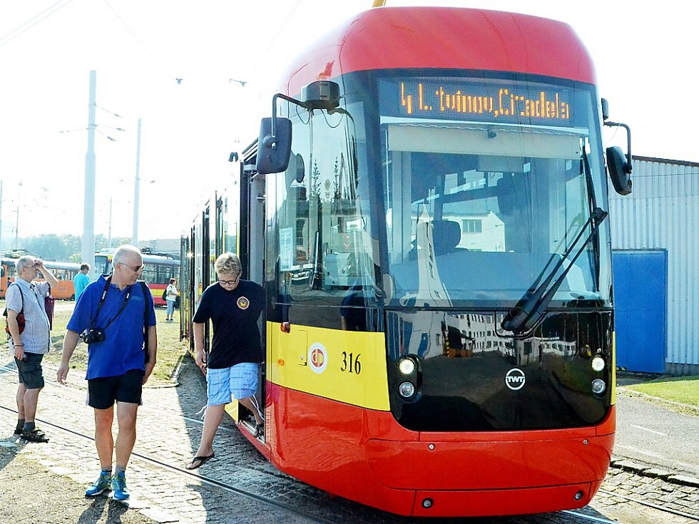 Lidé si mohli novou tramvaj prohlédnout už v sobotu při Dni otevřených dveří v dopravním podniku.