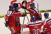 Litvínovský útočník Robin Hanzl (druhý zleva) slaví vítězný gól.