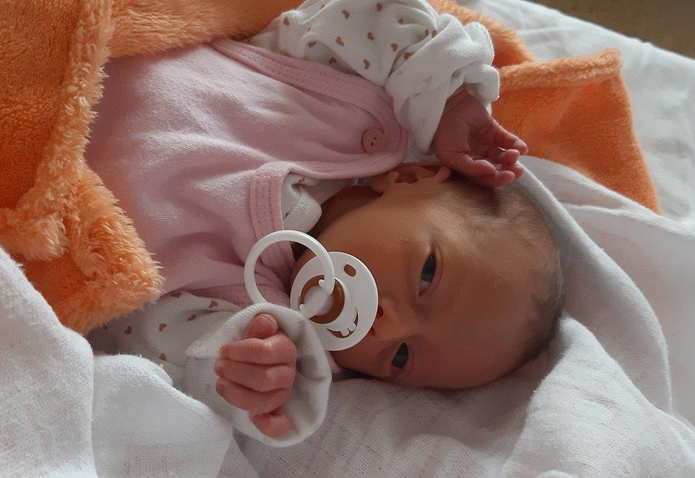 Adéla Králová se narodila 11. května v 9.25 hodin rodičům Kateřině Matyášové a Jakubovi Královi. Měřila 43 cm a vážila 1,90 kg.