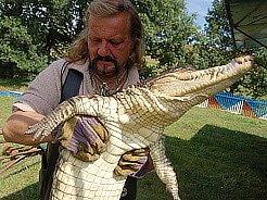 Principál cirkusu Jaromír Joo představuje krokodýla Dundeeho.