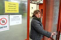 Cizím zavřeno. Pedagožka Marie Ťoupalíková do 11. ZŠ redaktora nepustila. Jednala správně. Návštěvy se musejí ohlásit přes sekretariát. Venku je zvonek.