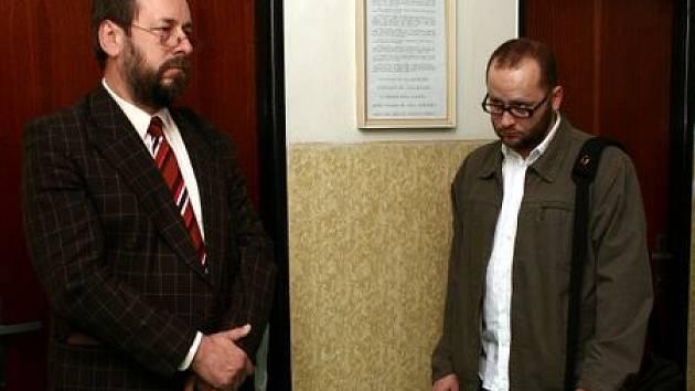 Bohumil Bradáč (vlevo) a Josef Pulkert čekají na začátek líčení v budově mosteckého soudu.