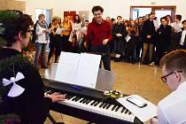 Vánoční charitativní koncert gymnázia v Mostě se opět spojil se sbírkou potravin pro místní azylový dům.