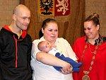 Přivítání Davídka, prvního letošního Mostečánka. S rodiči je na snímku náměstkyně primátora Markéta Stará (vpravo)