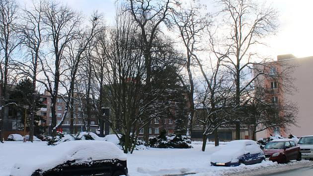 Sněhové kupy zhoršují parkování i výjezd. Momentálně je jejich odstranění prioritou. Shrabaný sníh se vyváží na lokality za město.