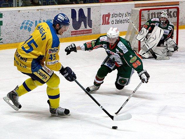 Ústečtí Lvi (ve žlutém) přivítali na své ledové ploše hokejisty Mostu.