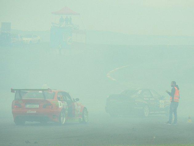 Sobota dopoledne. Kouřem a prachem zahalený polygon. Dým ze závodu, na němž se ničí pneumatiky, se valí na rodinné domy.