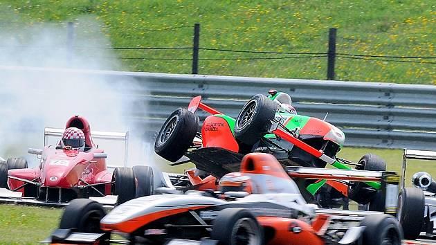 Závodník Petr Trnka letí se svou formulí vzduchem při víkendových závodech na autodromu v Mostě.