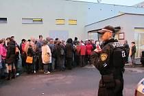 Na frontu před úřadem pravidelně dohlížejí strážníci.