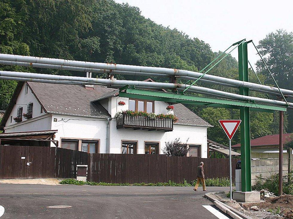 Nevzhledné horkovodní potrubí v Litvínově. Lidem se nelíbí, mají ale smůlu, dát ho do země by bylo příliš drahé.