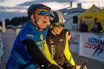 Alena Vrátná na kole během víkendového Ultramana. Vedle ní její velká opora manžel Miroslav.