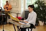 Laurent Guillet svou nejdelší naučnou stezkou Evropy letos oslovil mladé. Stopovanou zakončili francouzští hudebníci z Malasacu koncerty v Litvínově a v Mostě.