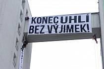 Protest aktivistů na Severní energetické v Mostě 25. listopadu