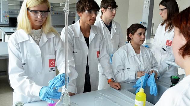 Studentka VŠCHT Lucie Svobodová při výuce v nových laboratořích litvínovské chemičky.