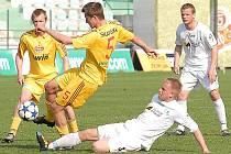 Mostečtí fotbalisté (na zemi Karel Christov) vybojovali s Duklou Praha o víkendu remízový bod.