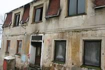 Tento dům shořel v neděli v horské obci Hora Sv. Kateřiny.