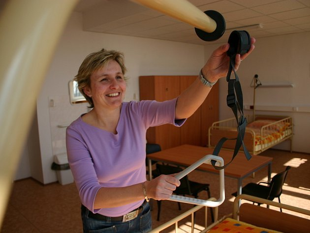 Hlavní sestra Renata Machová připravuje lůžko.