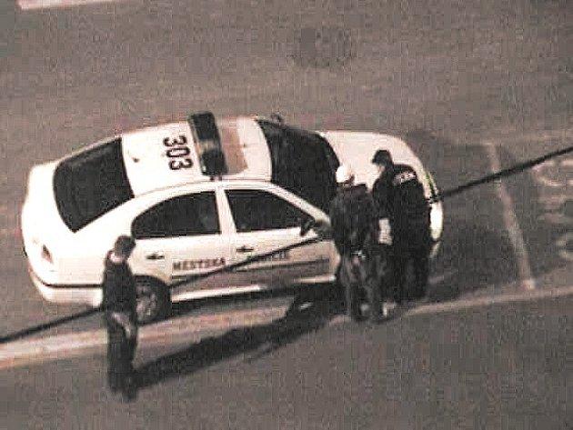 Mostečtí strážníci při zadržování hledané osoby.