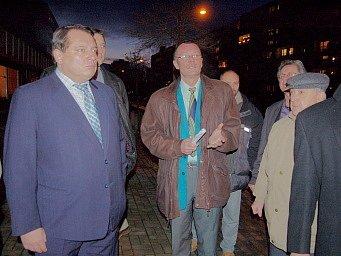 Jiří Paroubek si prohlíží ulice Janova.