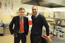 Student Jakub Kopecký a učitel Roman Sejval ve školní kuchyni v Mostě.