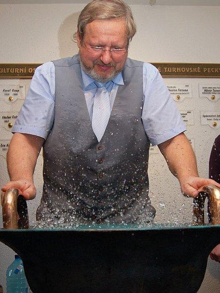 Umělec Tomáš Pfeiffer hraje na Vodnářský zvon. Stejně tak zahraje i v úterý v umělecké škole.