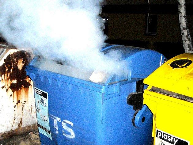 Hořící popelnice. Ilustrační foto.