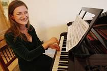 Mladá klavirní virzuozka Alena Hönigová zahrála před třemi lety návštěvníkům zámku Jezeří na Mostecku v nově zrekonstruovaném kulečníkovém sále na ojedinělý historický klavír z I. poloviny 19. století, který je jediný svého druhu v České republice.