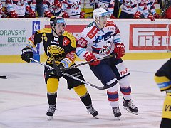 Martin Hanzl (vlevo) v zápase s Pardubicemi.