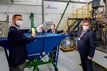 Testovací jednotku na recyklaci odpadních plastů uvedli do provozu šéf Unipetrolu Tomasz Wiatrak, rektor Vysoké školy chemicko-technologické Praha Pavel Matějka a hejtman Jan Schiller.