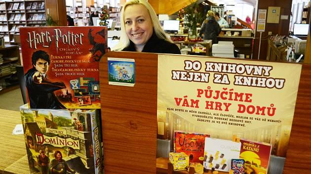 Vedoucí oddělení výpůjčních služeb mostecké knihovny Jitka Belancová nabízí novou službu, půjčování stolních her domů.